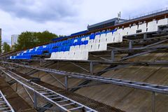 在体育场的立场的白色和蓝色位子 图库摄影