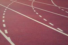 在体育场的连续轨道 红色连续跟踪 体育运动背景 免版税库存图片