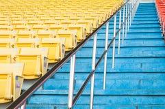 在体育场,位子行走道倒空黄色位子在足球场的 库存图片
