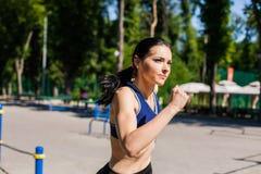 在体育操场的健康青少年的赛跑 免版税库存照片
