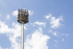 在体育比赛场所体育场的大聚光灯灯塔 图库摄影