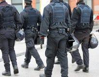 在体育比赛期间的警察等候到来的 图库摄影