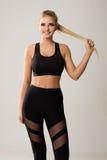 在体育胸罩和长腿的青年模型 库存照片