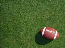 在体育草皮草有角度的右边的橄榄球 库存图片