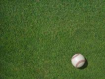 在体育草皮草的棒球 免版税库存图片
