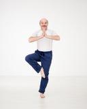 在体育活动的正面心情 瑜伽常设asana  免版税库存图片