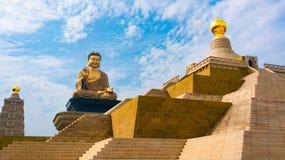 在佛光山的盛大古铜色菩萨坐的雕象在高雄 库存照片