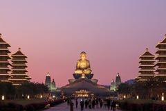 在佛光山高雄,有走许多的游人的台湾buddist寺庙的日落  免版税库存照片