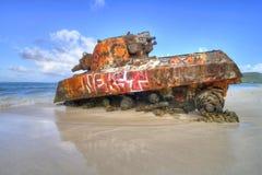 在佛拉明柯舞曲海滩的老坦克 库存照片