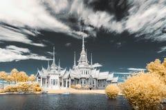 在佛教地标泰国珍宝的红外摄影Wat Sorapong公开寺庙附近  库存照片