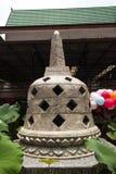 在佛教宗教寺庙里面的一座小塔有芋头叶子的 库存照片