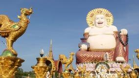 在佛教寺庙之外的Hotei雕象 位于围场的传统愉快的Hotei雕塑佛教祀奉反对 股票录像
