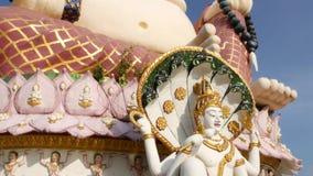 在佛教寺庙之外的Hotei雕象 位于围场的传统愉快的Hotei雕塑佛教祀奉反对 影视素材