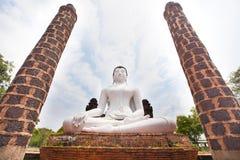 在佛教寺庙泰国的白色菩萨雕象 免版税库存图片