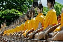 在佛教寺庙泰国阿尤特拉利夫雷斯的菩萨雕象 库存图片