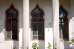 在佛教寺庙的三个东方窗口 免版税图库摄影