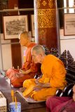 在佛教寺庙的两个蜡修士雕塑在清迈,泰国 免版税库存图片