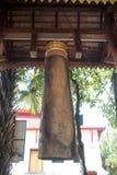 在佛教寺庙的古老木响铃 免版税库存照片