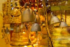 在佛教寺庙的古金色响铃 库存图片