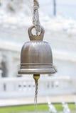 在佛教寺庙的古铜色响铃在泰国 免版税库存图片