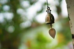 在佛教寺庙的古铜色响铃 免版税库存照片