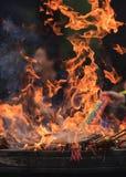 在佛教寺庙的法坛的灼烧的香火,杭州,中国 免版税库存图片