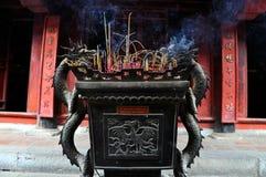 在佛教寺庙的缸用香火棍子,河内,越南填装了 免版税库存照片