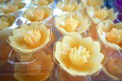 在佛教寺庙的莲花蜡烛 免版税库存图片