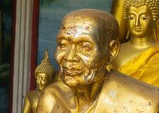 在佛教寺庙的金黄雕象 库存照片