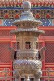 在佛教寺庙,北京,中国的大被装饰的铁法坛 免版税库存照片