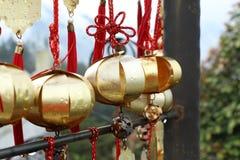 在佛教寺庙,台湾的金黄祝愿的响铃 免版税库存图片