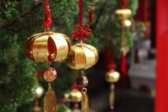 在佛教寺庙,台湾的金黄祝愿的响铃 库存照片