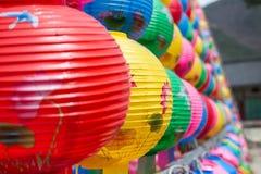 在佛教寺庙Songgwangsa,韩国的五颜六色的灯笼 2017年4月12日接近Budda生日时间 免版税库存图片