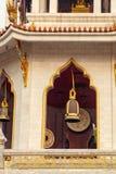在佛教寺庙Wat察南Songkhram,曼谷,泰国的响铃 免版税库存照片