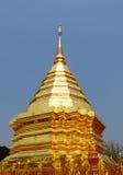 在佛教寺庙Wat Phrathat土井素贴的金黄stupa 库存照片
