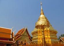 在佛教寺庙Wat Phrathat土井素贴的金黄stupa 库存图片