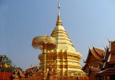 在佛教寺庙Wat Phrathat土井素贴的金黄stupa 免版税库存图片