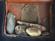 在佛教徒修道院的伯根地墙壁的适当位置,与色的题字的巨大的石头在梵语找出,祷告 免版税图库摄影