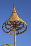 在佛教的有排列的金黄伞 免版税图库摄影