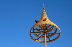 在佛教的有排列的金黄伞 免版税库存图片
