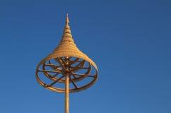 在佛教的有排列的金黄伞 库存图片