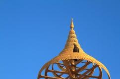 在佛教的有排列的金黄伞 图库摄影