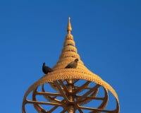 在佛教的有排列的金黄伞 免版税库存照片