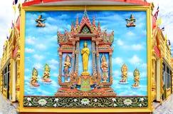在佛教临时雇员墙壁上的壁画和雕塑泰国样式  免版税库存照片
