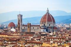 在佛罗伦萨中央寺院上圣塔玛丽亚del fiore看法  免版税库存图片