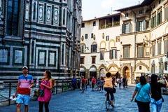在佛罗伦萨中央寺院大教堂附近的人们 图库摄影