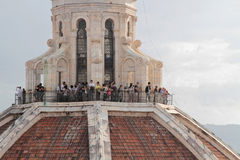 在佛罗伦萨大教堂上面的游人  免版税图库摄影