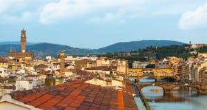 在佛罗伦萨的看法和Ponte Vecchio和Palazzo Vecchio 库存图片