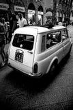 在佛罗伦萨街道上的偶象老菲亚特  免版税库存照片