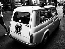 在佛罗伦萨街道上的偶象老菲亚特  图库摄影